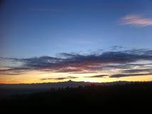 Horizonte de la montaña de Monviso con puesta del sol roja y las nubes hermosas Imágenes de archivo libres de regalías