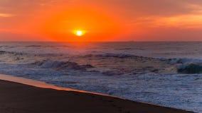 Horizonte de la nave de la salida del sol del océano de la playa Imágenes de archivo libres de regalías