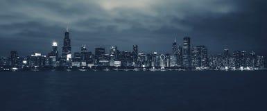 Horizonte de la noche de Chicago imagenes de archivo