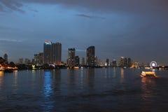 Horizonte de la noche de Bangkok Imágenes de archivo libres de regalías