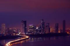 Horizonte de la noche de ciudad de Panamá con tráfico de coche en la carretera Foto de archivo libre de regalías
