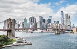 Horizonte de la noche de New York City del puente de Brooklyn Imagen de archivo