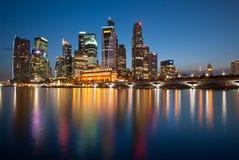 Horizonte de la noche de Singapur Fotos de archivo
