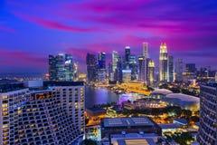 Horizonte de la noche de Singapur Foto de archivo libre de regalías