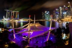 Horizonte de la noche de Singapur en la explanada Imágenes de archivo libres de regalías