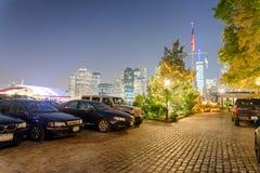 Horizonte de la noche del Lower Manhattan según lo visto de parque del puente de Brooklyn Imagen de archivo libre de regalías