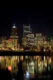Horizonte de la noche del parque del frente del agua de ciudad Fotos de archivo libres de regalías
