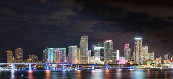 Horizonte de la noche de Miami la Florida Imágenes de archivo libres de regalías