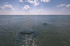 horizonte de la playa del mar con las nubes y agua tranquila - retrete retro del vintage fotos de archivo
