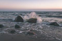horizonte de la playa del mar con las nubes y agua tranquila - retrete retro del vintage foto de archivo libre de regalías