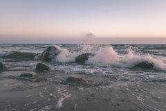horizonte de la playa del mar con las nubes y agua tranquila - retrete retro del vintage imagen de archivo libre de regalías