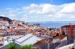 Horizonte de la primavera de la ciudad de Lisboa del punto de vista de Gloria del parque fotos de archivo libres de regalías