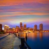 Horizonte de la puesta del sol de Boston en el fan Pier Massachusetts fotos de archivo