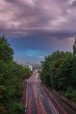 Horizonte de la puesta del sol de Londres central con las nubes de tormenta del puente de Holloway, Reino Unido Fotografía de archivo