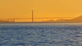 Horizonte de la puesta del sol de San Francisco en California con la reflexión en agua de la bahía almacen de video