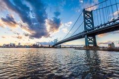 horizonte de la puesta del sol de Philadelphia Pennsylvania de los nuevos jers de Camden Imágenes de archivo libres de regalías