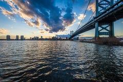 horizonte de la puesta del sol de Philadelphia Pennsylvania de los nuevos jers de Camden Foto de archivo libre de regalías