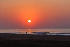 Horizonte de la salida del sol de la resaca de la playa de los pescadores Fotografía de archivo
