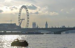 Horizonte de la silueta de las señales de Londres imagenes de archivo