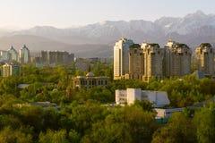 Horizonte de las montañas de Almaty Foto de archivo libre de regalías