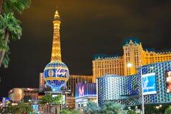 Horizonte de Las Vegas y hotel y casino de París iluminados foto de archivo