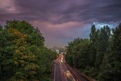 Horizonte de Londres central con las nubes de tormenta del puente de Holloway, Reino Unido Foto de archivo libre de regalías