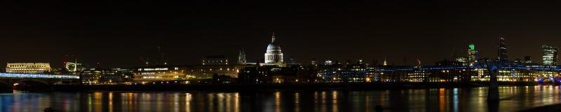 Horizonte de Londres en la noche Foto de archivo libre de regalías