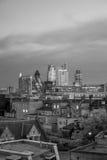 Horizonte de Londres en la noche Foto de archivo