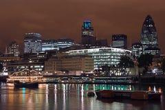 Horizonte de Londres en la noche Imagen de archivo