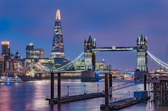 Horizonte de Londres en la noche con el puente de la torre y el casco Fotografía de archivo