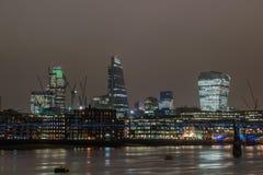 Horizonte de Londres en la noche con reflexiones Foto de archivo libre de regalías