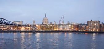 Horizonte de Londres en la oscuridad Imágenes de archivo libres de regalías