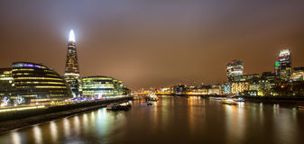 Horizonte de Londres por noche Imágenes de archivo libres de regalías