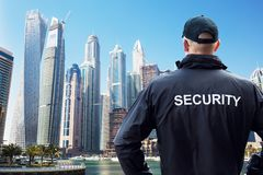 Horizonte de Looking At City del guardia de seguridad foto de archivo libre de regalías