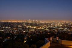Horizonte de Los Ángeles en la noche Imagenes de archivo