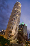 Horizonte de Los Ángeles en la oscuridad con las nubes Fotos de archivo libres de regalías