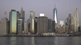 Horizonte de los edificios del Midtown de New York City Manhattan en la noche imagen de archivo