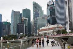 Horizonte de los edificios en el distrito financiero Marina Bay Imagenes de archivo
