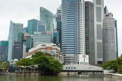 Horizonte de los edificios en el distrito financiero Marina Bay Fotos de archivo libres de regalías
