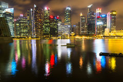 Horizonte de los edificios en el distrito financiero Marina Bay en la noche Singapur se considera un eje financiero global Foto de archivo libre de regalías
