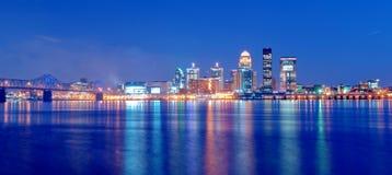 Horizonte de Louisville, Kentucky en la noche Imagen de archivo libre de regalías