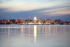 Horizonte de Madison Wisconsin en la oscuridad Foto de archivo libre de regalías
