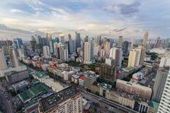 Horizonte de Makati en la puesta del sol Makati es una ciudad en las Filipinas imagen de archivo
