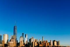 Horizonte de Manhattan céntrica debajo del cielo azul, en la puesta del sol, en nuevo imagen de archivo