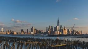 Horizonte de Manhattan c?ntrica de New York City en la oscuridad, vista de New Jersey, los E.E.U.U. fotografía de archivo libre de regalías