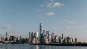 Horizonte de Manhattan c?ntrica de New York City en la oscuridad, vista de New Jersey, los E.E.U.U. fotos de archivo