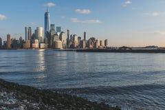 Horizonte de Manhattan c?ntrica de New York City en la oscuridad, vista de New Jersey, los E.E.U.U. imagen de archivo libre de regalías