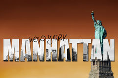 Horizonte de Manhattan con la estatua de la libertad Foto de archivo