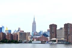 Horizonte de Manhattan del East River imagenes de archivo