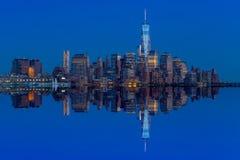 Horizonte de Manhattan del jersey en el crepúsculo Fotografía de archivo